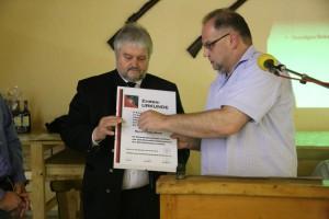 Werner Blank übergibt Stefan Blank die Ehrenmitgliedschaft des SSV Nordstetten