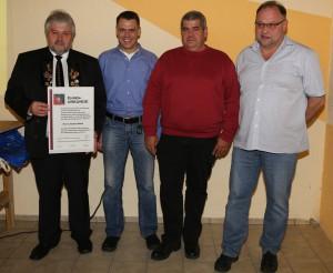 Stefan Blank mit Ehrenurkunde (links) und neuer Vorstand: Fritz Laur (Vorstand Sport), Edwin Bösel (Vorstand Infrastruktur) und Werner Blank (Vorstand Verwaltung)
